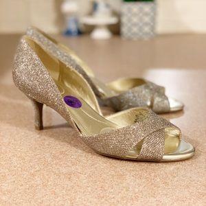 NWOB Bandolino gold peep toe w/ 1 1/2 heels